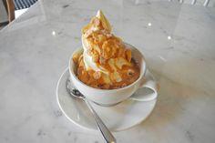 SØTT OG SPRØTT: Og litt salt. Hjemmelaget karamellsaus topp med ristet cornflakes er en av de mest populære toppingene hos BA53. Foto: Godt.no
