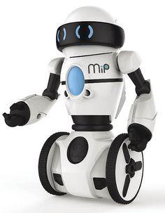 Le petit WowWee Mip The Robot est un jouet robot Segway à deux roues vendu $99. Son mouvement est contrôlé à la main ou via Bluetooth via un mobile. A quoi ça sert ? A rien. Mais c'est rigolo.