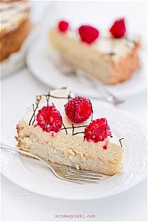 Norwegian tart almond beige 'sponge' cake with vanilla cream + crumbs Norwegian Food, Vanilla Cream, Diy Cake, Pumpkin Spice Latte, Sponge Cake, Yummy Cakes, Ricotta, Sweet Tooth, Almond