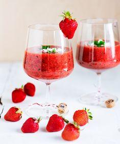 Kylmänä juotavassa mansikkagazpachokeitossa on samat raaka-aineet kuin espanjalaisessa sukulaisessaan tomaattigazpachossa. Gazpacho, Starters, Chili, Alcoholic Drinks, Food, Chile, Essen, Liquor Drinks, Meals