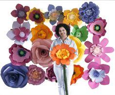 Conjunto de flores gigantes de papel, para decoração de vitrines, festas, eventos, aniversários e casamentos. <br>- Composto de 10 flores de 70 cm e 12 entre 40 a 60 cm. <br>- Papéis gramatura 180 e 240 gramas <br>ATENÇÃO: flores sem cabo. Querendo o cliente flores com cabo, preço é a parte, favor consultar.