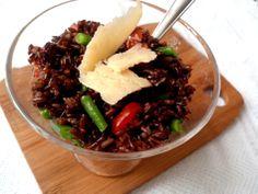 Salada de arroz vermelho com vagem, tomate eparmesão