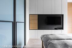 電視牆的上下以分割線條勾勒造型,在簡約之中創造細膩的現代質感。