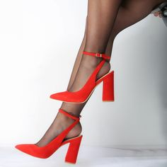 El tacón ancho se impone la próxima temporada Encuentra estos zapatos rojos ❤ de Guess en nuestras tiendas y en https://www.zapatosmayka.es/es/catalogo/mujer/guess/sandalias/sandalias/129633061800/bray-flbra1-sue08/