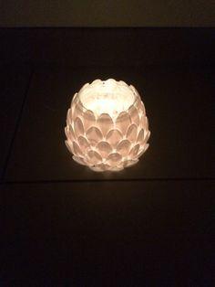 Ljuslykta gjord av skedar