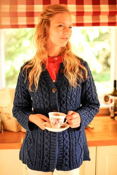 This cable knit cardigan is the ideal combination of timeless Aran design and modern trends. It boasts a look that is both simple and intricate, with a weaving of traditional Irish patterns combined w