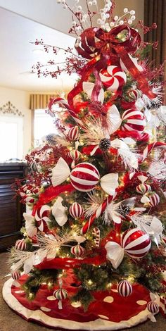 Christmas Candy Tree 50 Beautiful Christmas trees to inspire your Holiday decor Elf Christmas Decorations, Beautiful Christmas Trees, Diy Christmas Tree, Christmas Candy, White Christmas, Trees Beautiful, Rustic Christmas, Christmas Ideas, Christmas Mantles