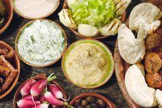 Op vrijdagavonden zet Jeroen graag een grote mezze op tafel, met allerlei Grieks…