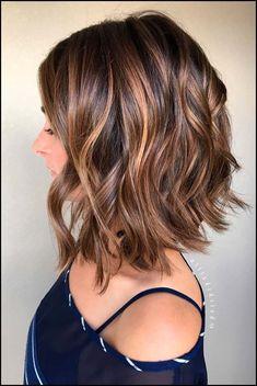 Liebe Frisuren für kurzes, krauses Haar? wanna geben Sie Ihrem ... #Frisuren2018 #HairStyles #bobfrisuren2018 #ModerneFrisuren #kurzhaarfrisuren2018 #frisurenmänner2018 #TrendMode #Damenfrisuren #Hochzeitsfrisuren #Kinderfrisuren #Langhaarfrisuren #Lockenfrisuren #PromiFrisuren #haarschnitt Wenn du von Natur aus brünett bist oder dir vor kurzem eine braune Haarfarbe aneignest, solltest du vielleicht die Haarschnitte hinauf dieser Haarfar...