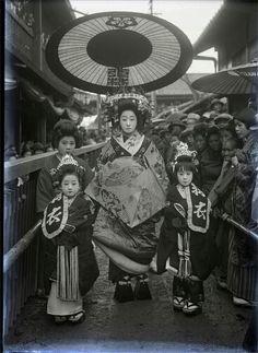 Vintage photos of geisha,oiran, tayuu from Japan Japanese History, Japanese Beauty, Japanese Culture, Vintage Pictures, Old Pictures, Old Photos, Samurai, Japan Kultur, Photo Japon