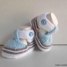 Chaussons bébé en laine layette forme sandales tricotés main, naissance à 3 mois.blanc,bleu et taupe.