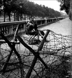 robert_doisneau__amour_et_barbeles_tuileries_1944