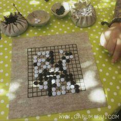 ⚪⚫⚪⚫Hoy toca aprender a jugar al GO, 🤗😁😯👍⚫⚪⚫⚪ Nuestro juego portátil está disponíble aquí: http://garumiru.com/es/24-go-game #saturday #travel #gogame #handmade #felt #garumirushop #garumiru #complementos #hechoamano #hechoamanoconamor #crafts #artesania #boardgames #go #baduk #weiqi #igo #estrategia #blackandwhite #board #fieltro #win #teaching #learning  Nuestro juego portátil está disponíble aquí: http://garumiru.com/es/24-go-game #saturday #travel #gogame #handmade #felt…