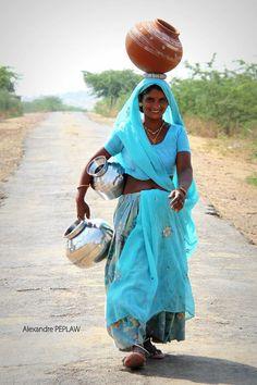 Dans la campagne du Rajasthan a 30 km de Bundi. Bollywood Stars, Saris, Amazing India, Indian People, We Are The World, Indian Beauty Saree, Women Life, India Travel, Beautiful People
