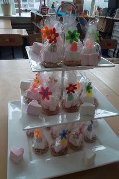 How sweet! Kleine bruidstaarten: mini stroopwafel, hartjesspekkie, tumtummetje. Met dank aan juf Corine, die net getrouwd is!