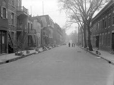 La rue Panet, au coin de Logan dans l'est de Montréal, le jour des poubelles,  1938 / Conrad Poirier -  BAnQ Vieux-Montréal P48,S1,P2219 (CC-BY-NC) Canada Eh, Coin, Rue, Montreal, Centre, Backdrops, Images, Street View, Industrial