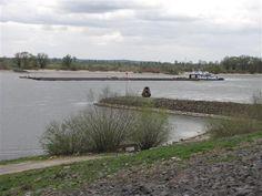 Rivierkleilandschap. Je ziet hier de Rijn. Langs de Rijn staan nog veel steenfabrieken van vroeger. Weet jij waar ze die stenen van maakten? Dutch, Country Roads, Van, Hero, Water, Outdoor, Gripe Water, Outdoors, Dutch Language