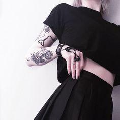 """468 gilla-markeringar, 3 kommentarer - Lulu Fay (@lulu.exe) på Instagram: """"Black is my happy colour. . . . . . . Ring @restyle.pl  #black #allblack #tats #tattoo #ink #inked…"""""""