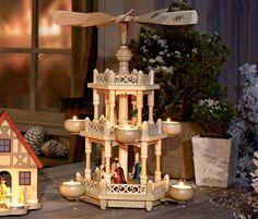 Große Weihnachtspyramide – das Original aus dem Erzgebirge! Diese Pyramide ist zweistöckig und damit ein besonders prachtvolles Exemplar der erzgebirgischen Volkskunst. Die Rotation der Blätter erfolgt durch die aufsteigende warme Luft der fünf Teelichter. Das Pyramidengestell ist aus Fichten- und Buchenholz gefertigt, die Figuren sind aus Birken-, Eschen- und Ahornholz.