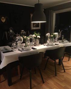 Det måtte bli bare svart og hvitt først 🖤 Favorittbestikket er på plass fra @magnor_glassverk @halvor.bakke og masse herlige ting fra @sostrenegrene Blomster fra @mestergronn, duk og serviettlommer fra @dunisweden. 2 0 1 7 sølvballonger fra @kremmerhuset #tablesetting #borddekkdeg #borddekking #borddekkingstips #nyttårsbord #inspirasjonsguidennorge Conference Room, Table Settings, Furniture, Home Decor, Decoration Home, Room Decor, Place Settings, Home Furnishings, Home Interior Design