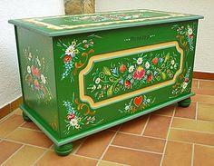 coffre peint (vert trop cru à mon gout, il suffirait de passer un vernis aspect cirant teinté, chêne clair, merisier)