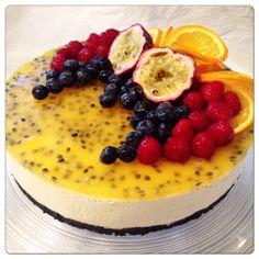 Roser er røde, fioler er blå. Ostekaker er søte og du er like så :-) I dag er det Valentin dag og dette er jo nok en grunn til å hive sammen ei kake for å feire litt. Ideen til denne kaken har jeg … Pretty Cakes, Cheesecakes, Acai Bowl, Panna Cotta, Dinner Recipes, Food And Drink, Pudding, Sweets, Vegan