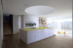 nowoczensa biała kuchnia, biały blat w kuchni, projekt kuchni, meble kuchenne, meble do kuchni białe, białe fronty