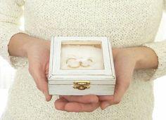 Boîte a anneau avec gravure blanche porte alliances en bois de