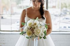 Neutral wedding bouquet | K&S Snapshots | see more on: http://burnettsboards.com/2015/03/sunday-kind-love-brunch-wedding-editorial/