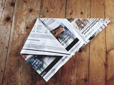 Fold plastic-free garbage bags from newspaper ! White Wall Paint, Design Palette, Diy Papier, Farmhouse Style Decorating, Simple Colors, Frugal, Origami, Life Hacks, Personalized Items