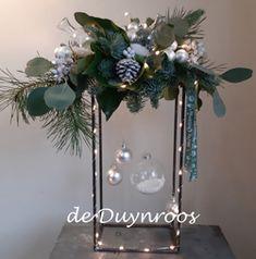 Christmas Carol, Christmas Wreaths, Christmas Crafts, Xmas, Diy Epoxy, Flower Designs, Ladder Decor, Flower Arrangements, Recycling