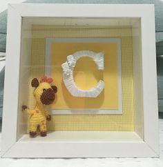 Quadro maternidade com LED. Girafinha em crochê e letra inicial do nome do bebê.