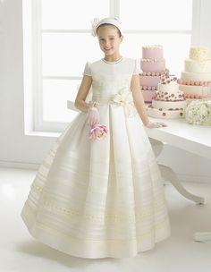 (Foto 12 de 24) Maribel: Traje de comunión de estilo clásico con cintura con flor, Galeria de fotos de Rosa Clará 2015: Vestidos de comunión y arras