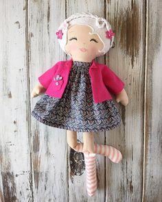 """Gefällt 224 Mal, 5 Kommentare - SpunCandy Dolls ~ Omaha, NE (@spuncandydolls) auf Instagram: """"Little Miss Lark will be skipping into the shop soon #spuncandydolls #whiteblonde #fabricdoll…"""""""