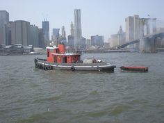 Tugboat photographed from Brooklyn Bridge Park