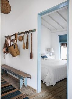 Love this and natural scheme with pale accents (Foto: Marco Antônio / Editora Globo) Dream Beach Houses, Beach House Decor, Home Decor, Coastal Decor, Bedroom Decor, Bedroom Benches, Bedroom Rustic, Wood Bedroom, New Homes