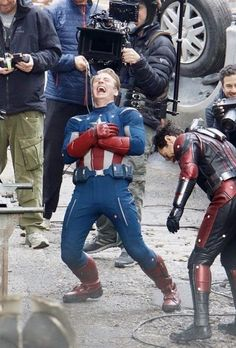 Behind the scenes of Avengers 4 - Chris Evans laughing is beautiful Marvel Avengers, Avengers Cast, Marvel Jokes, Avengers Memes, Marvel Actors, Marvel Funny, Marvel Dc Comics, Captain Marvel, Marvel Heroes