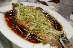 Ricetta cinese per cuocere un pesce al vapore delicatamente aromatizzato dallo zenzero e dai cipollotti, un piatto che non troverete mai nei tipici ristoranti cinesi in Italia