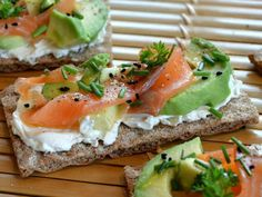 Tartine craquante au fromage frais, saumon et avocat