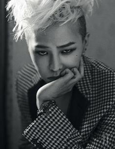 BIGBANG G-Dragon for W Korea 2013 하운즈투스 패턴과 클래식한 검정 라펠이 그래픽적인 대비를 이루는 재킷은 Saint Laurent '14 S/S Collection 제품. 여러 개를 겹친 팔찌는 스타일리스트 소장품.
