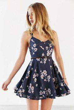 La Ropa de Verano  El vestido es azul oscoro, corto y flores. El es hermoso y muy elegante. El cinturón es negro. Cuestan: $58/ 50.88€  Clavado por: kayjobo