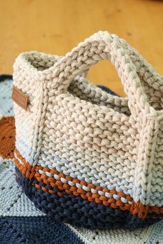 Marvelous Crochet A Shell Stitch Purse Bag Ideas. Wonderful Crochet A Shell Stitch Purse Bag Ideas. Crochet Diy, Crochet Tote, Crochet Handbags, Crochet Purses, Bag Patterns To Sew, Knitting Patterns, Sewing Patterns, Crochet Patterns, Crochet Shell Stitch