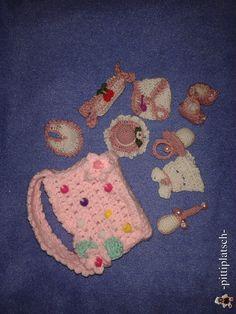 Babyparty-Mitbringsel für Mädchen - bestehend aus Tasche, Lätzchen, Kleidchen, Windel, Nuckel, Sommerhut, Bonbon, Schuhchen und einer kleinen mit Reis gefüllten Rassel