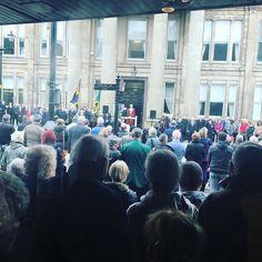 Estoy en el banco. A las 11 se ha quedado en silencio toda la ciudad durante dos minutos en memoria de los fallecidos en la Primera Guerra Mundial q terminó el 11-11-11 a las 11 horas. Impresionante #macclesfield