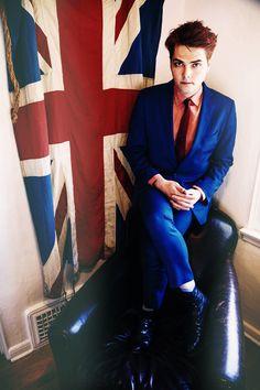 Di fianco alla bandiera inglese.