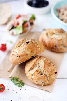 Ces petits pains aux olives sont parfaits pour faire des petits sandwichs ou pour accompagner une salade bien estivale. J'y ai mis des olives noires, mais