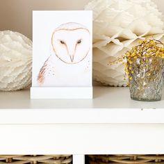 Mit diesem hübschen Postkartenständer könnt ihr eure Lieblingskarten schön in Szene setzen Shops, Bookends, Place Cards, Poster, Place Card Holders, Home Decor, Little Things, Scene, Do Your Thing
