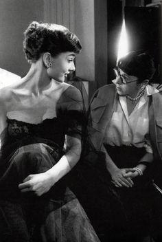 """Audrey Hepburn and designer Edith Head Audrey Hepburn y Edith Head durante el rodaje de """"Sabrina"""", 1954"""