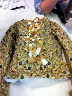 elizabethan jacket; late 16th cent.; colored silk on linen; bath museum of fashion