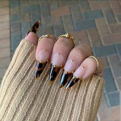Edgy Nails, Aycrlic Nails, Stylish Nails, Hair And Nails, Black Stiletto Nails, Shiny Nails, Grunge Nails, Nail Design Stiletto, Nail Design Glitter